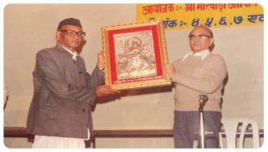 Shri Ram Jiwan Chaudhary presenting memento to Dr ...